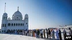 سابق بھارتی وزیر اعظم من موہن سنگھ، بھارتی پنجاب کے وزیراعلیٰ سمیت دیگر اہم شخصیات پاکستان آنے والوں میں شامل ہیں۔