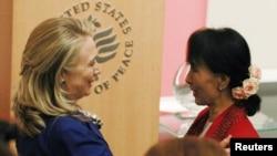 La secretaria de Estado de EE.UU., Hillary Clinton (izquierda), presenta a la líder birmana Aung San Suu Kyi.