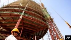 一位中國工程人員在蘇丹工地作業