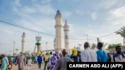 Des pèlerins se rendent à la Grande Mosquée de Touba pendant le Grand Magal des Mourides à Touba le 26 septembre 2021.