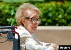 美国前第一夫人南希·里根在前总统里根去世10周年之际访问里根墓地(2014年6月5日)