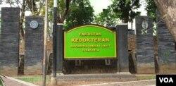 Kompleks Fakultas Kedokteran UNS Solo, Kamis (16/7) lalu. (Foto: VOA/Yudha Satriawan)