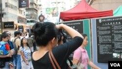 大陸遊客王小姐拍攝學聯絕食集會展出的六四歷史資料(美國之音湯惠芸)