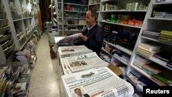 El periódico palestino Al Quds, que publicó una entrevista con Jared Kushner, el asesor principal del presidente estadounidense Donald Trump, se exhibe a la venta en una librería en Ramallah, en la ocupada Cisjordania, el 24 de junio de 2018.