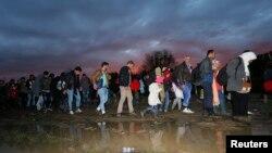 Dòng người di cư đi bộ sau khi vượt qua biên giới tại Zákány, Hungary.