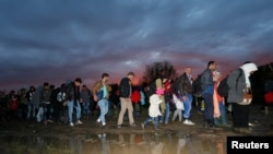 難民於2015年10月時在匈牙利過境(資料圖片)