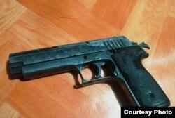 Pistol standar militer 9 mm. (Foto courtesy: Kapendam XVII-Cen.)