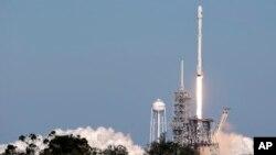 Roket Falcon membawa kapsul SpaceX meluncur dari Kennedy Space Center di Cape Canaveral, Florida, 30 Oktober lalu (foto: dok). NASA kembali meluncurkan kapsul SpaceX ke stasiun antariksa hari Jumat (15/12).