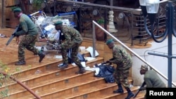 Soldados del gobierno toman posiciones en el centro comercial Westgate, en Nairobi.