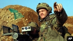 یکی از سربازان آمریکایی، در رزمایشی در کره جنوبی، هدفی را با راکت استینگر نشانه می رود.