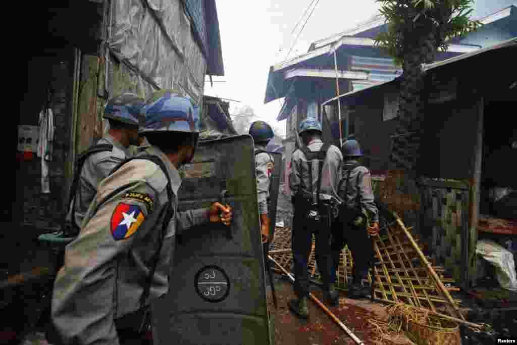 Cảnh sát di chuyển về phía đám cháy trong vụ xung đột giữa người Rakhine Phật giáo và cộng đồng Hồi giáo Rohingya ở Sittwe, ngày 10/6/2012
