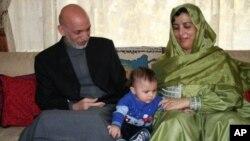 حامد کرزی در کنار همسرش زینت کرزی و پسرش میرویس