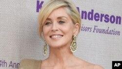خانم استون ۵۹ ساله، شهرتش را بیشتر مدیون فیلم پرفروش و جنجالی غریزه اصلی است.
