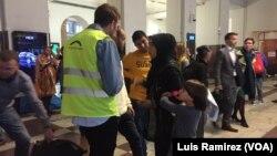 Petugas migrasi di stasiun kereta Stockholm membantu seorang migran yang ingin mencari suaka di Swedia. (Foto: Dok)