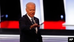 រូបឯកសារ៖ អតីតអនុប្រធានាធិបតីអាមេរិកលោក Joe Biden អំឡុងពេលជជែកដេញដោលដំណាក់កាលដំបូង កាលពីថ្ងៃទី៣១ ខែកក្កដា ឆ្នាំ២០១៩។