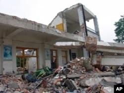 张楠在汶川地震后采访地震灾区拍摄的照片--坍塌的小学校