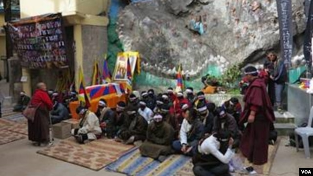 Students take part in a 24 hour hunger strike in Dharamsala, India, to protest Chinese oppression on February 11, the first day of TIbetan New Year (Ivan Broadhead/VOA).