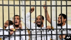 무르시 전 대통령 지지자들이 지난 달 19일 열린 재판에서 구호를 외치고 있다.