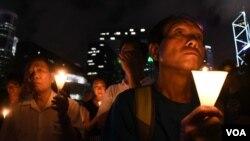 數百香港人燭光悼念劉曉波逝世一週年。(美國之音特約記者 湯惠芸拍攝 )