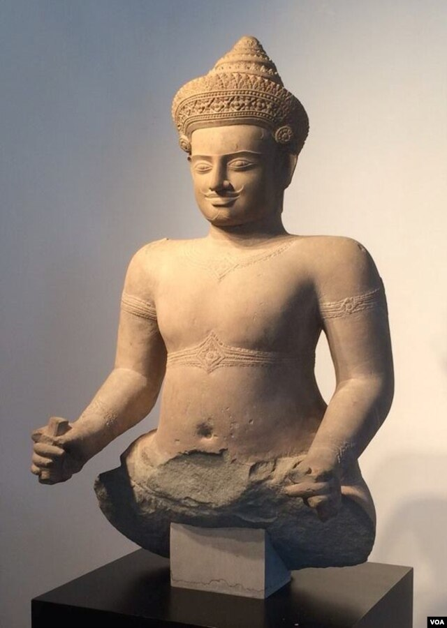 An ancient Khmer statue that is being returned to Cambodia by Christie's auction house. (R. Poch/VOA)