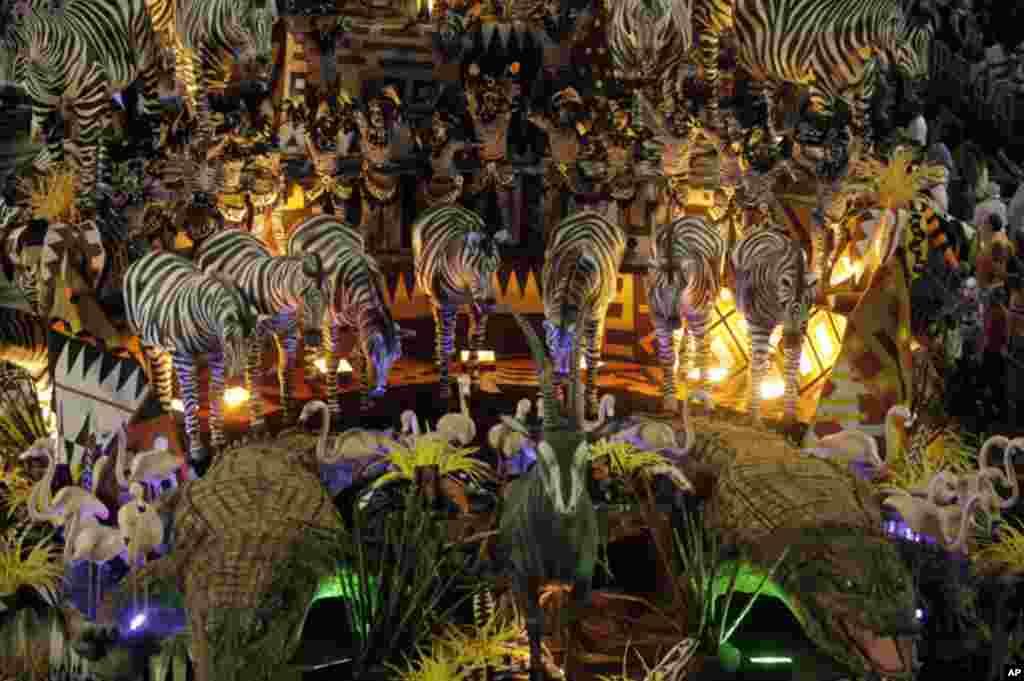 Desfile da Escola de Samba Vila Isabel no Carnaval do Rio, domingo à noite. O enredo prestou homenagem à cultura, história, fauna e flora de Angola.