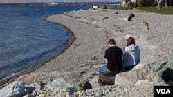 这对情侣也很难继续享受生活,海风吹起带来的浪漫将由海风吹起带来的煤灰取代,煤灰将沉积到两人的头发里和后背上。照片中小伙子的脖子和胳膊也不再可能如此白净,铁路离他们只有10米