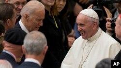 지난해 4월 미국을 방문한 프란치스코 교황이 조 바이든 당시 미국 부통령을 비롯 의원들과 인사를 나누고 있다.