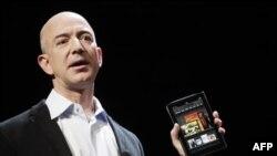 """Izvršni direktor Amazona, Džef Bezos predstavlja """"Kindle Fire"""" u Njujorku, 28. septembar 2011."""