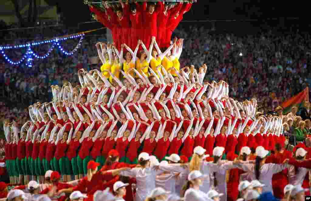 Vận động viên Belarus biểu diễn trong một cuộc diễn hành kỷ niệm Ngày Độc lập ở Minsk, Belarus, tối ngày 3 tháng 7, 2014.