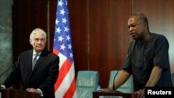 Sekretè Deta ameriken an, Rex Tillerson, agoch ak Minis Afè Etranjè Nijerya a, Geoffrey Onyeama. Foto: 12 mas 2018.