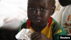 Un enfant réfugié du Soudan du Sud se nourrit de compléments alimentaires dans un centre de santé au camp de réfugiés Kule dans la région de Gambella en Ethiopie.