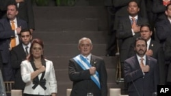 Presiden Guatemala Otto Perez Molina (tengah), wakil presiden Guatemala Roxana Baldetti (kiri) dan Presiden Kongres Guatemala Gudy Rivera saat diabil sumpahnya sebagai Presiden dan Wakil Presiden di Guatemala City, 14 January 2012 (Foto: dok).