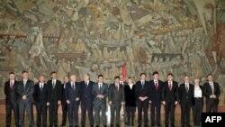 Učesnici neformalnog ministarskog sastanka Procesa saradnje u jugoistočnoj Evropi poziraju fotoreporterima po završetku sastanka u Palati Srbija u Beogradu.