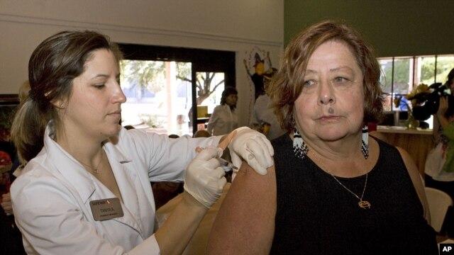 Bác sĩ Marlene Bluestein (phải) chích ngừa cúm tại Trung tâm Người cao niên ở Tucson, Arizona. Trung tâm Kiểm soát Dịch bệnh Hoa Kỳ khuyến cáo mọi người từ 6 tháng tuổi trở lên nên được chích ngừa