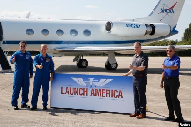 Chủ tịch NASA Jim Bridenstine đón chào hai phi hành gia Robert Behnken và Doug Hurley.