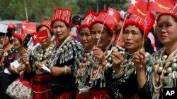 ကခ်င္အမ်ဳးသမီးမ်ား NLD ဥကၠဌေဒၚေအာင္ဆန္းစုၾကည္ရဲ႕ ၂၀၁၂ခုနွစ္ မဲဆြယ္စည္းရံုးေရးခရီးစဥ္ကိုႀကိဳဆိုေနၾကစဥ္ (ဗန္းေမာ္)