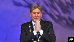 지난 2011년 대통령직에 취임하는 아탐바예프 키르기스스탄 대통령 (자료사진)