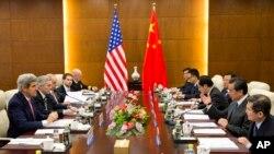 Menlu AS John Kerry (kiri) saat bertemu dengan Menlu China Wang Yi (nomor dua dari kanan) di Kementerian Luar Negeri China di Beijing (14/2).
