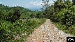 Kondisi jalan yang rusak sepanjang 4 kilometer menuju dusun Tamanjeka, Desa Masani, Poso Pesisir, Kabupaten Poso (VOA/Yoanes).