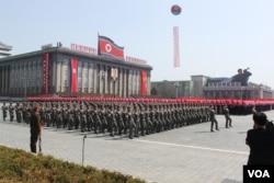'VOA'가 지난 2012년 4월 평양에서 열린 열병식에서 촬영한 사진. 행진하는 병력들 뒤로 주민들이 빨간색 수술과 깃발 등을 들고 붉은 물결을 만들어 내고 있다.