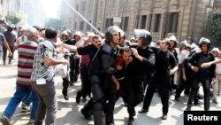 13일 이집트 수도 카이로에서 경찰이 무르시 전 대통령을 지지하는 시위대를 강제 해산하고 있다.