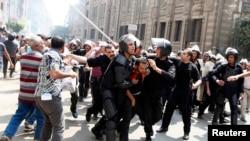 2013年 8月13日,在埃及首都开罗举行的示威冲突中,警察拘禁被推翻的伊斯兰主义总统穆尔西的支持者。