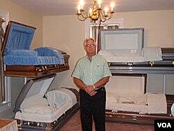 Gary Stanley, direktur rumah duka di Vermont. Prosesi pemakaman lengkap di Amerika biasanya memakan biaya 7.000 dolar lebih.