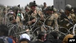 Američki vojnici obezbjeđuju aerodrom u Kabulu, dok ispred čekaju Afganistanci koji žele da se evakuišu
