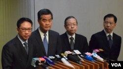 香港特首梁振英(左二)與官員會見傳媒 (VOA 湯惠芸攝)