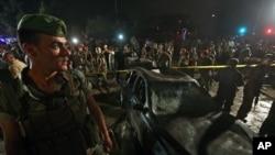 2014年6月24日(星期二)贝鲁特南郊汽车炸弹爆炸现场附近的黎巴嫩军人和平民