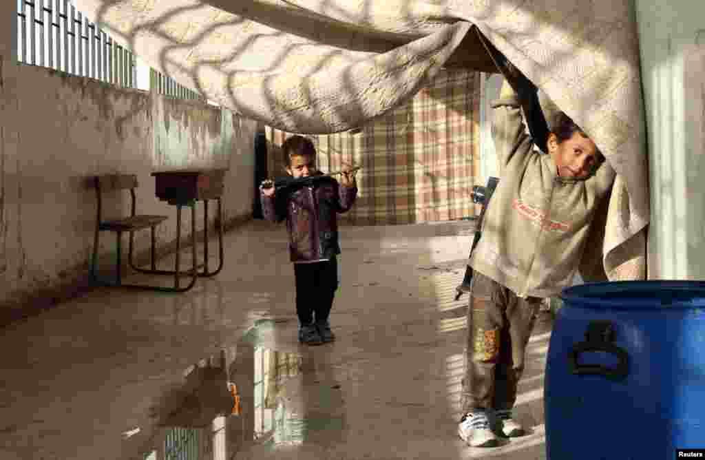 폐교한 다마스쿠스 시 학교 건물에서 28일 서성이는 소년들.
