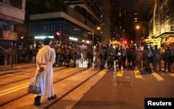 2019年8月4日香港反送中示威期间一名神职人员在坚尼地街区走向防暴警察。