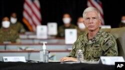 El almirante de la Armada de Estados Unidos Craig Faller escucha durante una sesión informativa sobre las operaciones antinarcóticos en el Comando Sur de los Estados Unidos, el viernes 10 de julio de 2020, en Doral, Florida.