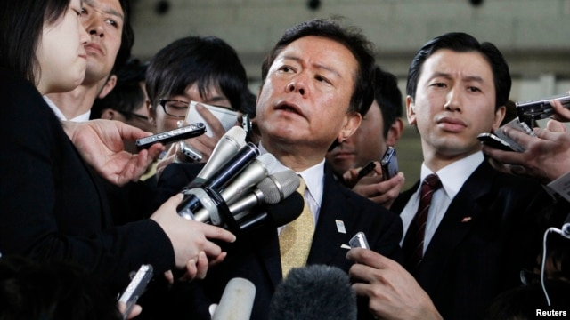 Tokyo Governor Naoki Inose (C) is surrounded by media as he speaks to reporters at Tokyo Metropolitan Government headquarters in Tokyo, Apr. 30, 2013.